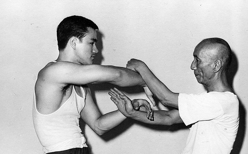 bruce lee practices sticky hands with Grandmaster Ip man wing chun